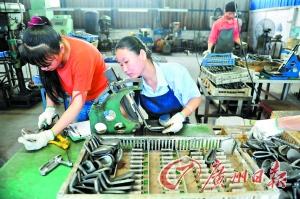 《报告》显示, 珠三角制造业企业2013年整体调薪幅度在11.9%。图为东莞制造业员工正在生产。